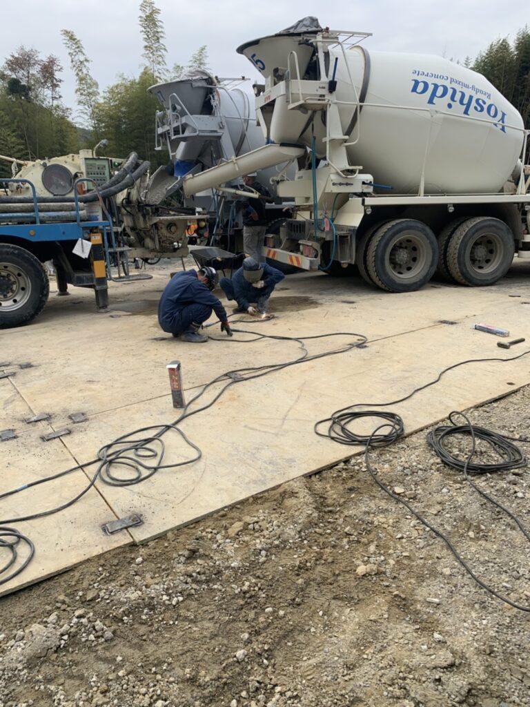 奈良県郡山市 敷鉄板引き、溶接作業